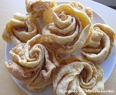 Hojuelas Manchegas: La Mancha fried pastry with honey. My Recipes, Mexican Food Recipes, Sweet Recipes, Cake Recipes, Dessert Recipes, Spanish Desserts, Spanish Dishes, Fancy Desserts, Individual Cakes