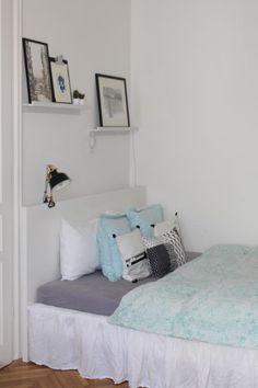 Ein schön dekoriertes Schlafzimmer! Gerahmte schwarz-weiß Fotografien stehen auf schmalen Wandregalbrettern. Eine Retro-Nachttischlampe ist am Bett angebracht! #schlafzimmer #deko #einrichten #ideen