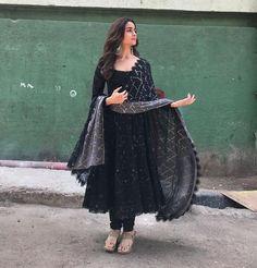 alia bhatt outfits - alia bhatt & alia bhatt indian wear & alia bhatt lehenga & alia bhatt casual & alia bhatt in saree & alia bhatt outfits & alia bhatt hairstyles & alia bhatt and ranbir kapoor Indian Gowns Dresses, Indian Fashion Dresses, Dress Indian Style, Pakistani Dresses, Black Pakistani Dress, Diwali Dresses, Diwali Outfits, Pakistani Bridal, Fashion Outfits