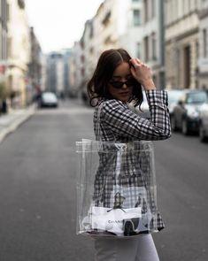 Próxima parada: África do Sul (e looks para desbravar o país) - Moda it Clear Tote Bags, Clear Plastic Bags, Clear Handbags, Backpack Outfit, Transparent Bag, Fashion Bags, Boho Fashion, Vintage Fashion, Editorial Fashion