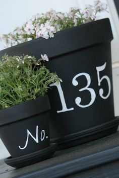 Great for front door, porch or steps; patio pot with house number stencilled onto pot. Painted Clay Pots, Ideias Diy, Deco Floral, Chalkboard Paint, Chalk Paint, Chalkboard Drawings, Chalkboard Lettering, Outdoor Living, Outdoor Decor