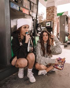 Pinner: Rinusfleur - Olivia Rouyre with Emma Chamberlain Grunge Look, Soft Grunge, Best Friend Pictures, Bff Pictures, Friendship Pictures, Best Friends Forever, Emma Style, Poses Photo, Emma Chamberlain