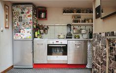 Ваша кухня может быть совсем небольшой и при этом очень удобной, например, кухня площадью всего лишь 3м2, принадлежащая профессиональному шеф-повару Лиз, оборудована всем, что необходимо для подготовки к праздничному банкету для гостей в ее парижской квартире. Лиз поделится секретами, какие вещи должны быть на каждой кухне, чтобы вы тоже могли готовить, как шеф-повар.