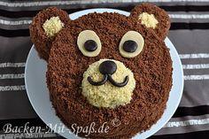 Rezept Bären- Torte. Das ist eine nicht zu komplizierte Kindergeburtstagstorte, die sehr gut schmeckt. Die Torte besteht aus zwei Schokokuchen: einem hellen und einem dunklen sowie aus zwei Cremes: einer leichten Puddingcreme und einer Butter- Puddingcreme. Das Fell wird aus sehr fein zerkrümeltem Kuchen gemacht.
