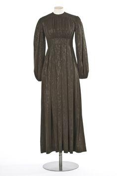 Jean Muir , marque de prêt-à-porter, Londres, 1972 Matières et techniques:  Jersey de rayonne façonné bronze, motif moiré. robe longue | Les Arts décoratifs