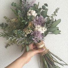 卒花嫁「wedding0904」さまはくすみピンクのカラードレスに合わせた、アンティークカラーのブーケ*透ける様なパープルのお花がアクセントになって可愛いですね。手元に巻かれた麻布もおしゃれです!