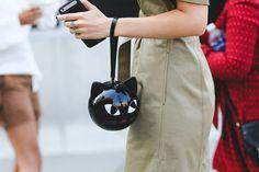Bolsa de gatinho no street style da NYFW