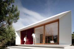 """Casa prefabricada de Mimaarquitectos (Portugal). Esta pequeña casa de 35m2 permite aprovechar el espacio al máximo por su versatilidad y sencillez al poder modificar el interior mediante un sistema de paneles. La luz se regula por paneles de contrachapado de madera y su precio es equivalente a un coche de gama media. Fotografías: de Jose … Continuar leyendo """"MIMA HOUSE"""""""