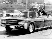President John F. Kennedy is rushed towards Parkland Hospital after he's hit by an assasin's bullet on November 1963 in Dallas, Texas. Secret Service agent, Clint Hill, sits on the back of the car. John Connally, Parkland Hospital, Kennedy Assassination, Jfk Jr, Ford Lincoln Mercury, American Presidents, American History, Jackie Kennedy, Jaguar