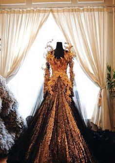 Autumn wedding dress, by designer Tex Saverio. I agree with people who said that this looks like something out of The Hunger Games.