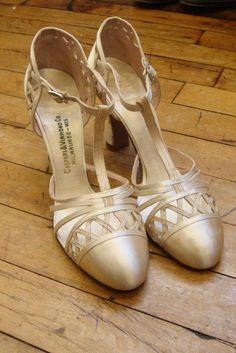 Vtg Antique Ivory Satin T-Strap Heels Pumps Shoes * Wedding * Size 6 Pump Shoes, Ballet Shoes, Dance Shoes, Pumps, T Strap Heels, Vintage Shoes, Wedding Shoes, Vintage Antiques, Ivory