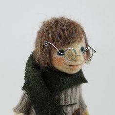 メガネをかけた女の子です。 グリーンのマフラーの暖かそうな装いです。 ワイヤーが芯に入っているので少し手を上げる、首を傾げる程度のポーズ変更が可能です。 自立...|ハンドメイド、手作り、手仕事品の通販・販売・購入ならCreema。