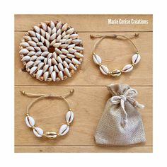 J'ai le plaisir de vous présenter cet article de ma boutique #etsy: Bracelet coquillages cauris naturels et dorés + perles miyuki + fil brésilien {ajustable à tous les poignets par noeuds coulissant macramé} #jewelry #bracelet #filles #anniversaire #oui #fermoircoulissant #blanc #or #plageettropiques Boutique Etsy, Bijoux Diy, Oui, Creations, Pearls, Personalized Items, Pendant, Bracelets, Beach Jewelry