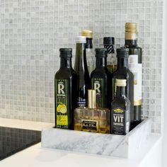 Mosaik. Mosaiken i köket heter Carrera glam mix och kommer från Bricmate. Oljor på bricka i marmor från Hay.