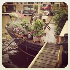 cute little house boat Barge Boat, Canal Barge, Canal Boat, Floating Garden, Floating House, Narrowboat Interiors, Houseboat Living, Living On A Boat, Cute House