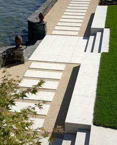 Die Gartenanlage mit Seeanstoss und die Terrasse wurden mit Giallo d'Istria ausgeführt.