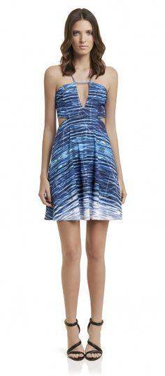 vestido curto acinturado sem mangas com detalhe de recortes na cintura e decote