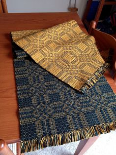 Double weave overshot. Love the contrasting sides. Would be neat for a rug or a runner.