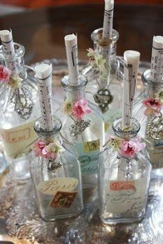 Garrafas decoradas que podem conter cardápio/menu ou alguma mensagem. Pode colocar umas flores também. #decoração #mesa #festa