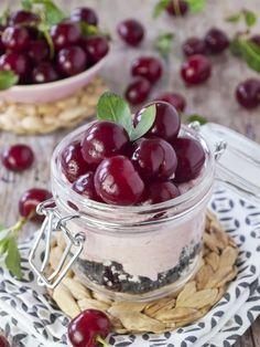 Meggyes-mascarponés pohárdesszert recept - Kifőztük, online gasztromagazin Desserts In A Glass, Low Carb Sweets, Mousse, Panna Cotta, Raspberry, Cooking Recipes, Pudding, Cookies, Fruit