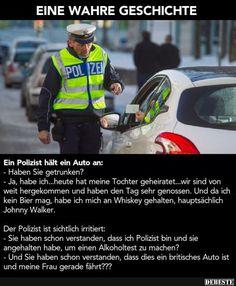 Ein Polizist hält ein Auto an..