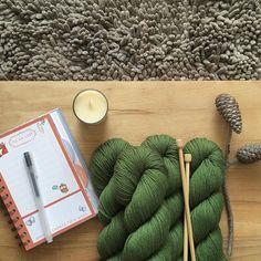 Cómo se agradece que los días sean algo más frescos! Así apetece más coger las agujas y empezar a tejer prendas más gruesas y esponjosas. Aquí en el sur el calor volverá pronto pero habrá que empezar a planificar el armario para el otoño/invierno antes de que el frío de verdad nos coja por sorpresa  . #lana #lanas #yarn #wool #rosygreenwool #knit #knitting #punto #tricot #tejer #ganchillo #crochet #autumnknits #autumnmood #conganasdeotoño #yarnshop #tiendadelanas #ohlanas