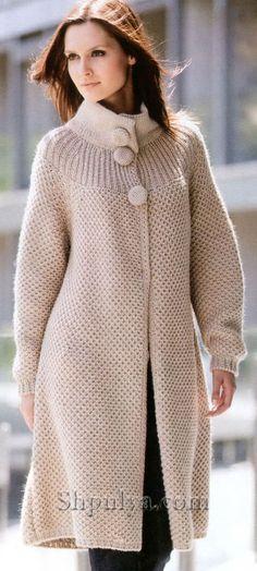 Бежевое пальто на пуговицах, вязаное спицами