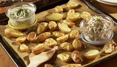 Leckerer als Chips! Die saftigen Blechkartoffeln mit zweierlei Gemüsedips mit knackigen Gurken, würzigen Radieschen, cremigem Speisequark und Schnittlauch sind super lecker.