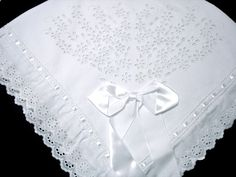 Manta piquet com richilieu Love Sewing, Baby Sewing, Baby Crafts, Diy And Crafts, Baby Crib Sheets, Linens And Lace, Heirloom Sewing, Button Flowers, Baby Boutique