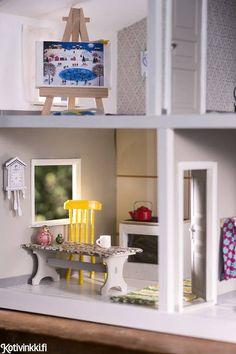 Vanha nukkekoti kunnostettiin maalilla, tapeteilla ja aaltopahvilla. Samalla sinne askarreltiin hauskat uudet nukkekodin kalusteet, kuten eurolava ja aurinkopeili. Dollhouse Miniatures, Diy And Crafts, Shelves, Interior, Doll Houses, Home Decor, Shelving, Dollhouses, Decoration Home