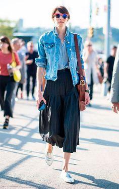 Como ser chique usando jeans. Jaqueta jeans, camisa social listrada, saia midi preta plissada, loafer metalizado