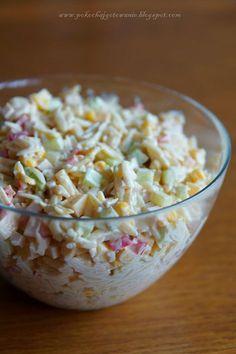 Składniki:  - 1 czerwona papryka  - 1 średni zielony ogórek  - 1/2 puszki kukurydzy  - 1/2 opakowania makaronu ryżowego  - ok. 150g szynki  ... Party Food And Drinks, Cooking Recipes, Healthy Recipes, Diy Food, Food Inspiration, Love Food, Salad Recipes, Food Porn, Yummy Food