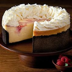White Chocolate Raspberry Truffle Cheesecake One of the most popular Cheesecake Factory recipes is now right at your fingertips! This Copycat White Chocolate Raspberry Truffle Cheesecake is delicious. You will stun your guest if y Cheese Cake Factory, Cheesecake Factory Restaurant, Cheesecake Factory Recipes, Fruit Cheesecake, Sopapilla Cheesecake, Food Cakes, Cupcake Cakes, Dessert Crepes, Homemade Chocolate