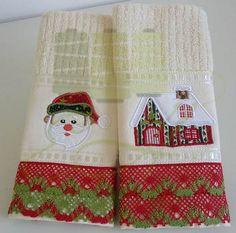 Toalha de lavabo com bordados natalinos e acabamento em renda de algodão. Uma ótima opção para decorar sua casa e presentear os amigos.