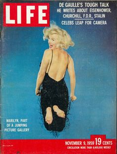 Cover of the magazine Life with a portrait of Marilyn Monroe jumping by Philippe Halsman, November 1959 Musée de l'Elysée © 2013 Philippe Halsman Archive / Magnum Photos Life Magazine, Vogue Magazine, Marilyn Monroe Fotos, Marilyn Monroe Life, Old Magazines, Vintage Magazines, Vintage Books, Vintage Posters, Vintage Photos