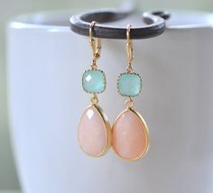 Ruth      Peach and Aqua Bridesmaid Earrings.  Peach Teardrop Jewel and Aqua Jewel Dangle Earrings in Gold.  Modern Jewel Drop Earrings. Wedding. op Etsy, 25,62 €