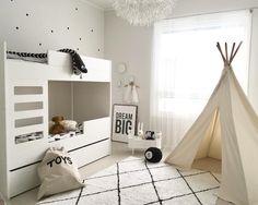 Tiipii teltta lastenhuoneessa tarjoaa suojaisan leikkipaikan