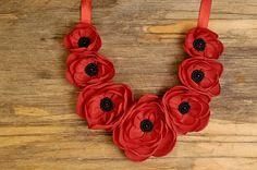 Poppie rouge collier, bijoux de fleurs, collier de fleurs, pendentif de coquelicots rouges, collier fleur rouge, collier fleur en textile, pendentif de coquelicots rouges