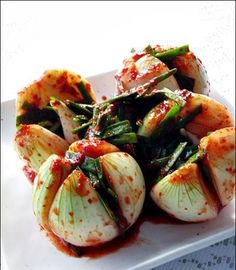 Korean food and cuisine. we eats raw garlic Raw Food Recipes, Asian Recipes, Cooking Recipes, K Food, Love Food, Korean Side Dishes, Kimchi Recipe, Asian Cooking, Fermented Foods