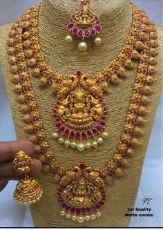 Gold Jewelry In Pakistan Gold Temple Jewellery, Gold Jewellery Design, Diamond Jewellery, Gold Jewelry Simple, Jewelry Model, Indian Jewelry, Wedding Jewelry, Necklace Set, Gold Necklace