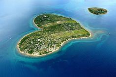 """A Google Earth fantasztikus népszerűséget zúdított Galesnjak szigetére 2009-ben. Ugyanis a Google jóvoltából tudta meg a nagyvilág, hogy Horvátországban van egy szív alakú sziget. A formája """"tökéletes"""", bár a tökéletességre egy Ausztráliai kis korallzátony is pályázik.   #Galesnjak #Horvátország #szerelem szigete #szív alakú sziget"""