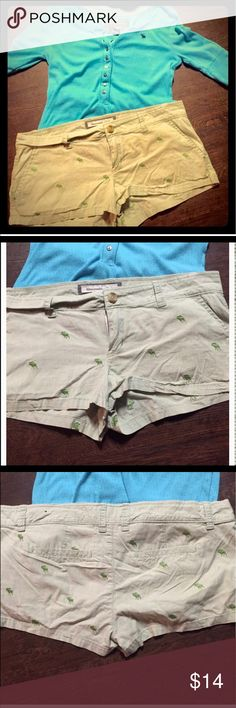 💚A&F Green Shorts💚 🍀A&F shorts. Light green stretch short. Dark green moose detailing. Excellent condition. Size 6. Thanks for looking! 🍀 Abercrombie & Fitch Shorts