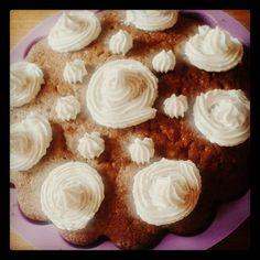 Przepis na pyszne i słodkie ciasto cynamonowe z wykończeniem w postaci cynamonowego kremu - idealne na sobotnie spotkania z przyjaciółmi.