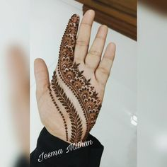 Check the latest mehndi designs 2020 simple and easy for hands, we have collected the most beautiful and decent henna design for hand, you never seen before Circle Mehndi Designs, Simple Arabic Mehndi Designs, Mehndi Designs Book, Mehndi Designs For Girls, Mehndi Design Photos, Wedding Mehndi Designs, Beautiful Mehndi Design, Latest Mehndi Designs, Mehndi Designs For Hands