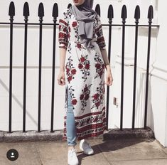 Pin by fareya naaz on muslim dress styles мусульманская женс Street Hijab Fashion, Muslim Fashion, Abaya Fashion, Modest Fashion, Fashion Outfits, Hijab Style, Hijab Chic, Modest Dresses, Modest Outfits