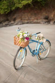 Costa Rica beach elopement: http://www.stylemepretty.com/2014/08/08/colorful-costa-rica-beach-elopement/ | Photography: http://www.chloemurdochphotography.com/
