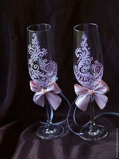 Pin by Caryl Johnson on Painted wine glass ideas Wedding Wine Glasses, Diy Wine Glasses, Decorated Wine Glasses, Wedding Bottles, Hand Painted Wine Glasses, Champagne Glasses, Wedding Flutes, Wedding Champagne, Wine Glass Crafts