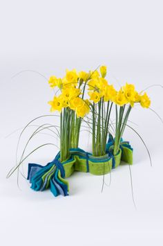 Bright wool felts keep together this spring daffodil floral design.  Use Lehner Wolle³ Wool within your floral arrangements and decorations.  View the colours and styles available on the website www.oasisfloral.com