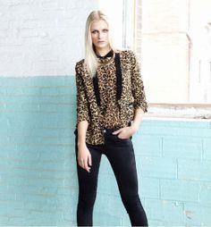 El toque salvaje lo trae el print de leopardo, mediante blazer, camisas, pitillos y faldas