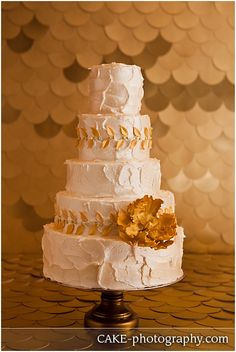 A charming gold & ivory wedding cake. So chic!
